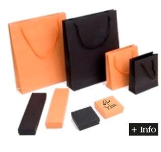 Cajas de carton negra o naranja. Serie Wicca